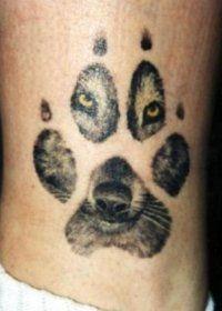 Эскиз татуировки лапа Волка на голени