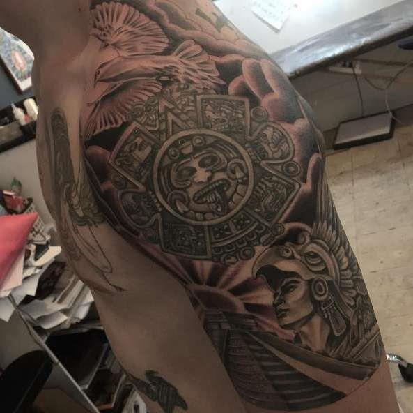 Тату майя на плече