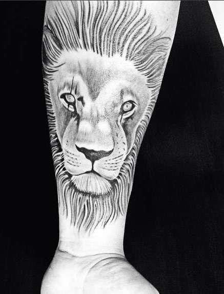 Лев на руке