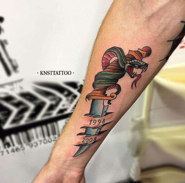 Нож со змеей под кожей - татуировка