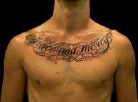 Мужская татуировка английская фраза на груди