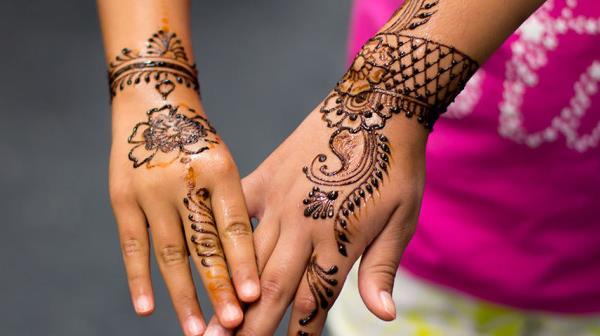 Временные татуировки хной очень красиво выглядят на кистях рук