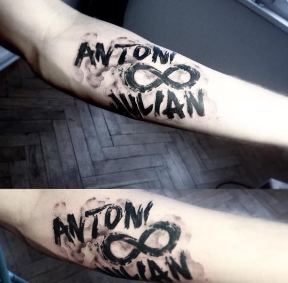 Татуировка на предплечье с надписью и символом бесконечность