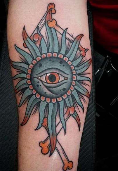 Солнце с гора глаз на руке