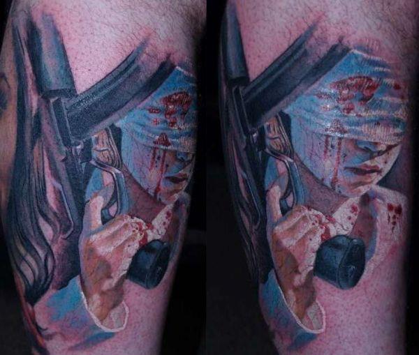 Человек с автоматом: татуировка на ноге
