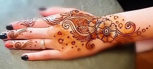 Красивое менди на руке цветное