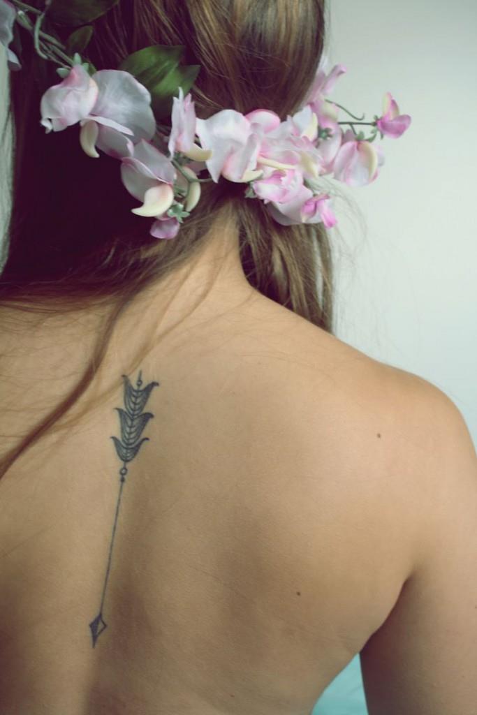 Женская татуировка этническая на спине