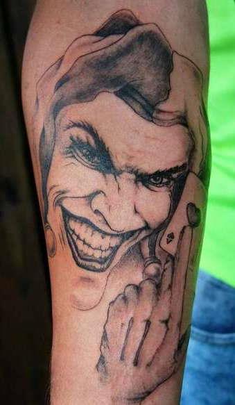 Обычно татуировку джокера изображают так