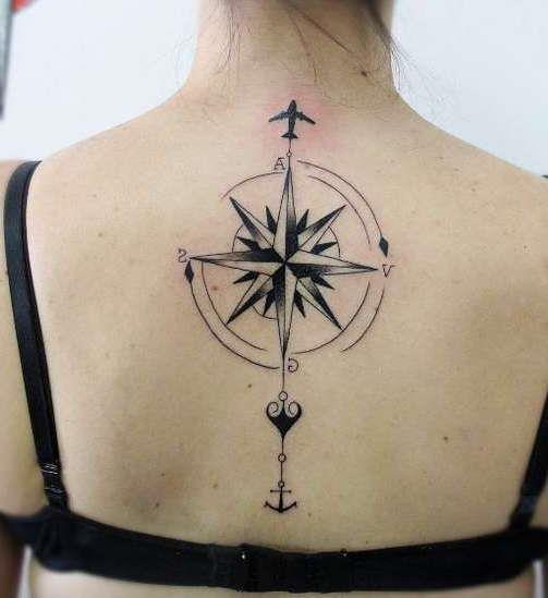 Татуировка розы ветров с самолетом на спине девушки