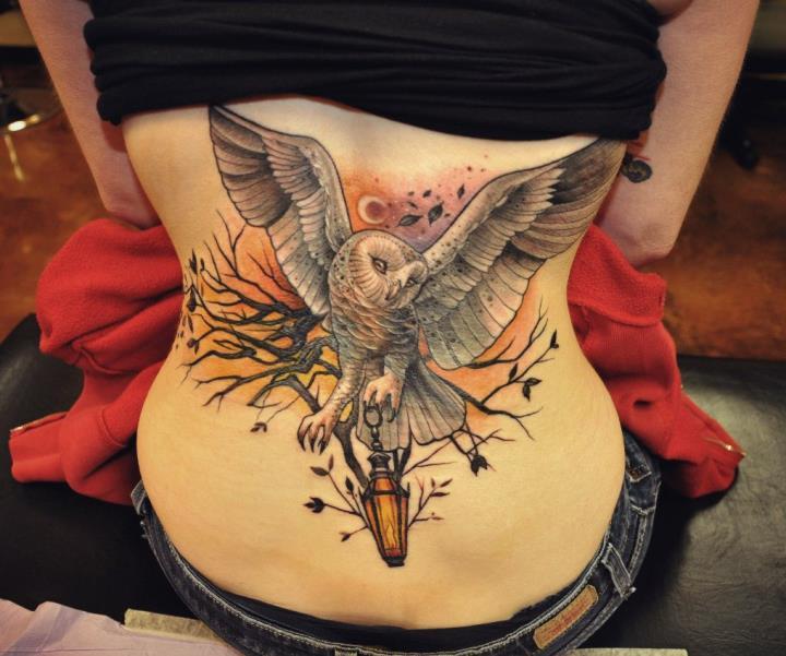 Женская татуировка сова на спине