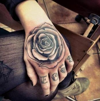 Жіночі тату на руці: маленькі татуювання