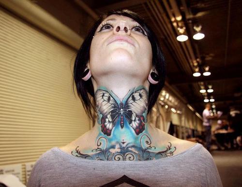Девушка с большой бабочкой на шее