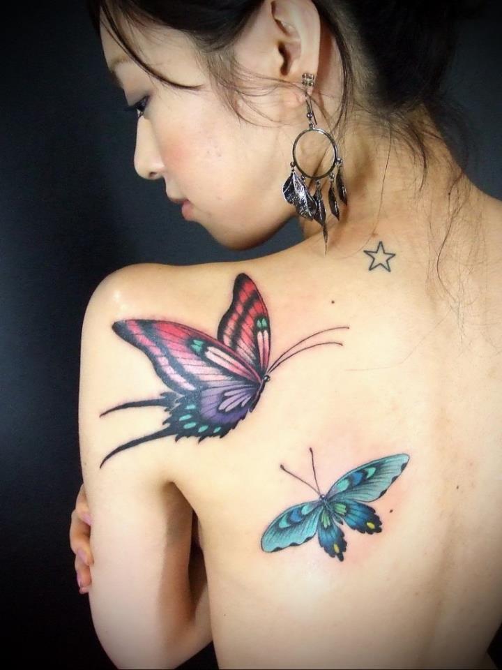 Женская татуировка бабочки на спине