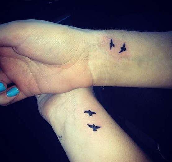 Парная татуировка птичек в небе