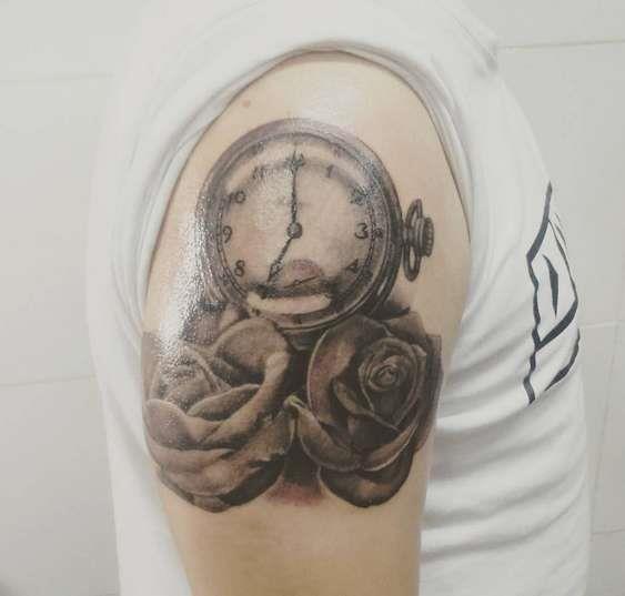 Часы с розами на плече девушки