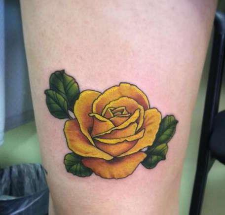 Цветная татуировка в виде желтой розы