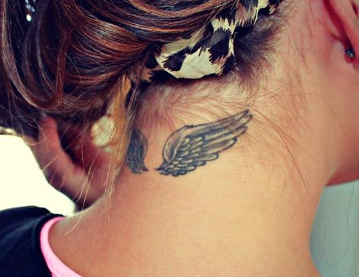 Тату в виде крыльев идеально смотрится на шее