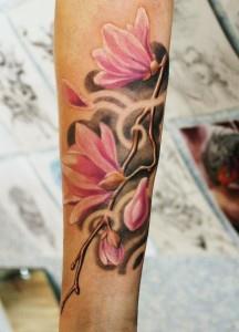 k0DebhcqGIo 216x300 Модные татуировки для девушек 2014