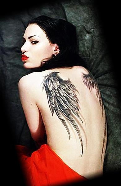 Крылья ангела на спине девушки