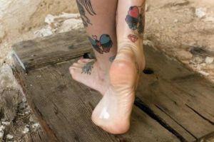 Женские маленькие татуировки на ноге