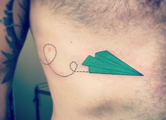 Бумажный самолетик в зеленом цвете