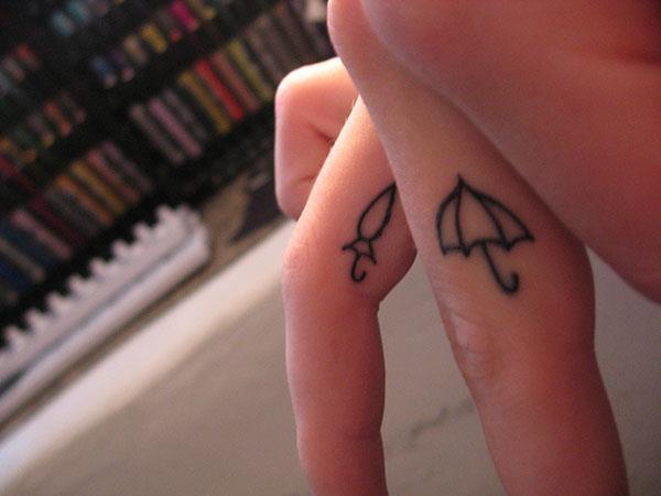 Закрытый и открытый зонтик на пальцах