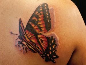 Трехмерная тату бабочки на спине