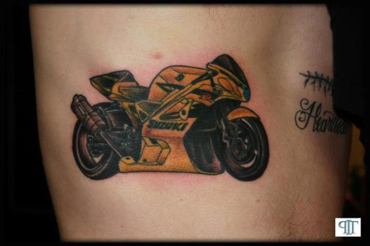 Татуировка с мотоциклом Suzuki