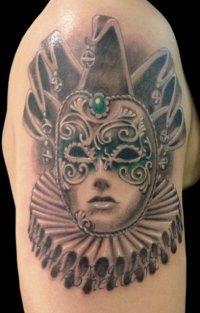 Мужская татуировка маска на предплечье
