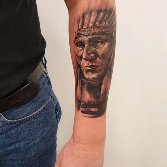 Татуировка на предплечье пожилого индейца