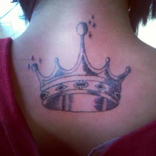 Татуировки для девушек корона 15
