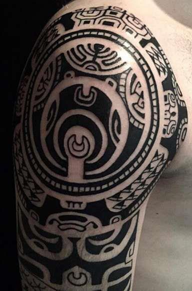 Полинезийский узор на плече