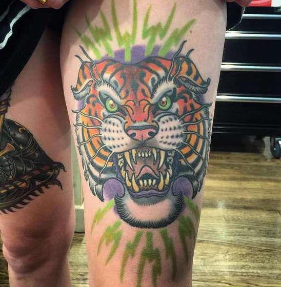 Оскал цветного тигра на ноге