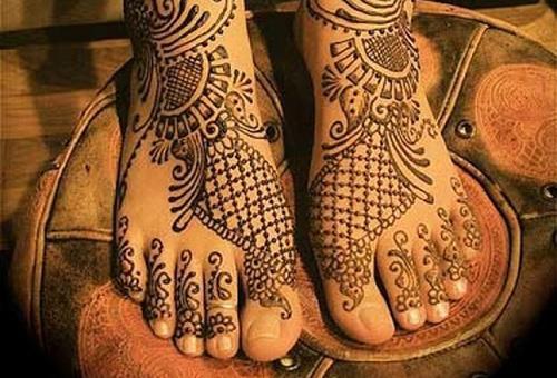 Ступни ног с росписью мехенди