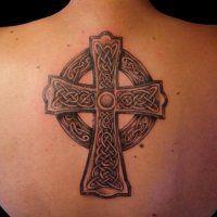 Эскиз женской татуировки Кельтский крест между лопаток