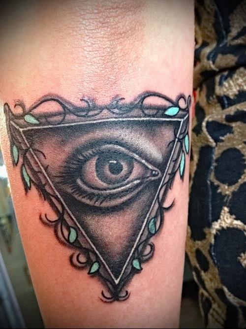 Татуировка всевидящее око у девушек