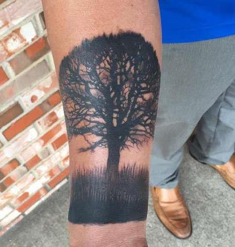 Дерево в траве на запястье