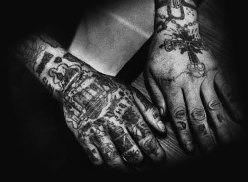 Руки заключенного в татуировках