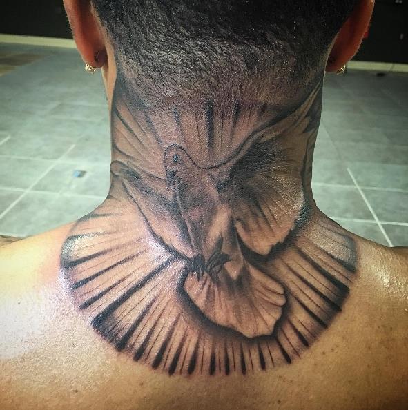 Голубь на шее в виде татуировки