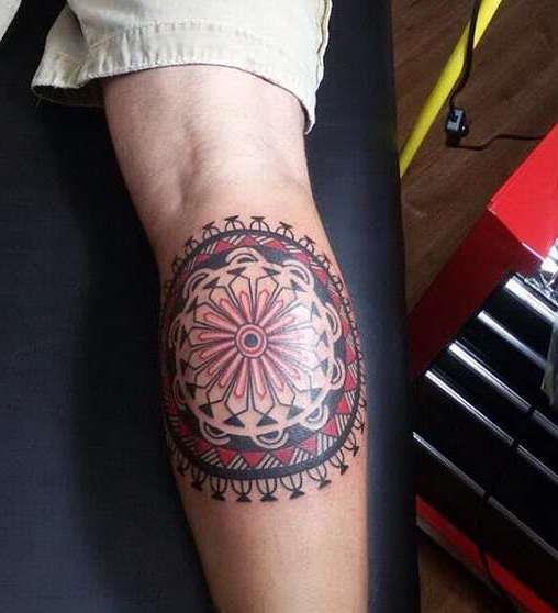 Татуировка на ноге, икре в виде узора