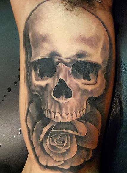 Черно-белая татуировка черепа с розой