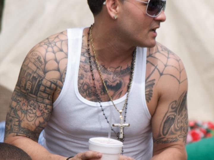 Татуировки паутины на плечах