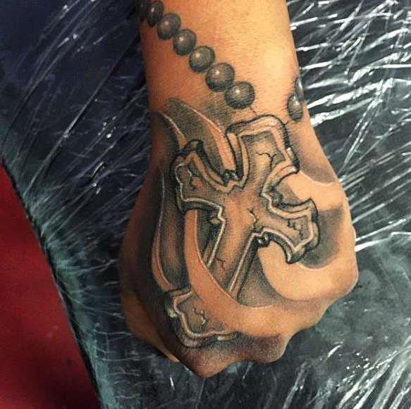 Крест на кисти руки