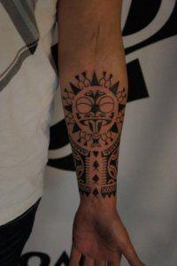 Эскиз полинезийской татуировки на внутренней стороне руки для мужчины
