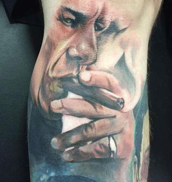 Человек курит сигару