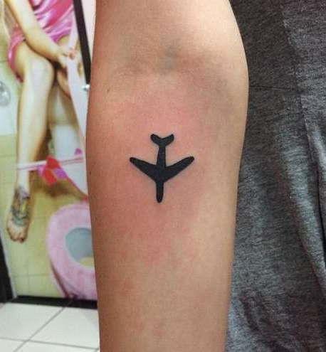 Самолет на руке в черно-белом цвете