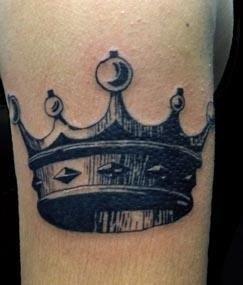 Татуировки на шею корона мужская
