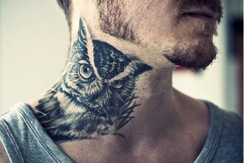 Татуировка сова на шее