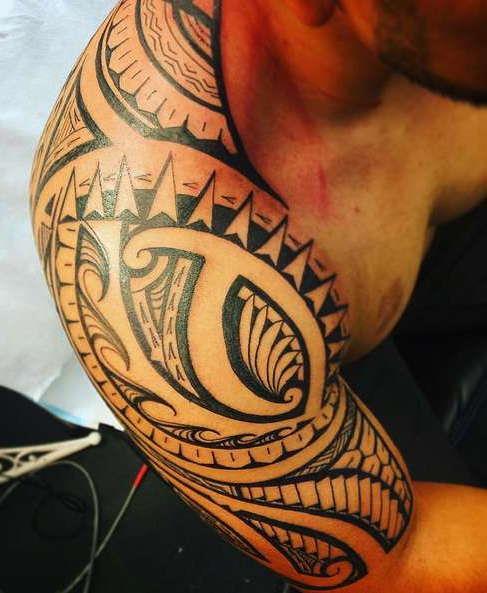 Полинезийская татуировка на плече мужчины