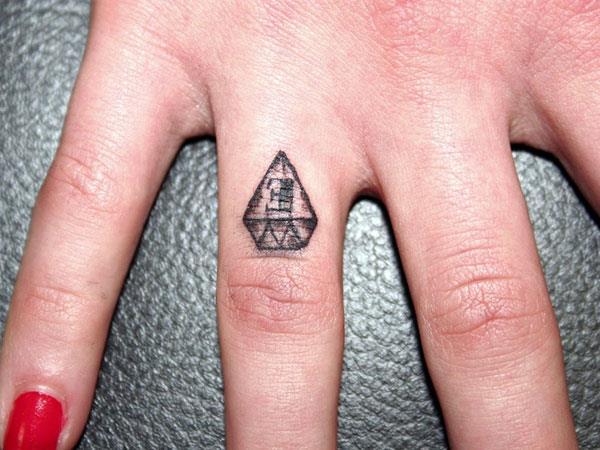 Алмаз на пальце